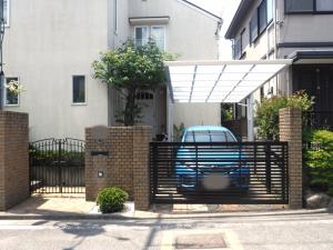 カーポート屋根と駐車場ゲートの取り付け