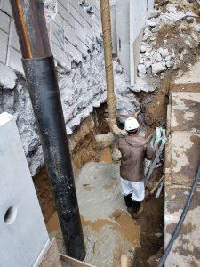 ⑧【工事中①】この工法の要となる特注の鋼管を深くまっすぐに特注パネルの間隔に合わせてセメントミルク内に打ち込みます。