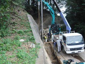 ⑨【工事中②】鋼管は非常に長く1本あたり約350㎏あるためクレーン吊りで行います。