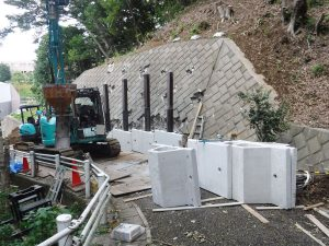 ⑫【工事中⑤】一段一段積み上げ、うしろの土留ブロックはそのままで両者の間はすべてコンクリートで固めます。